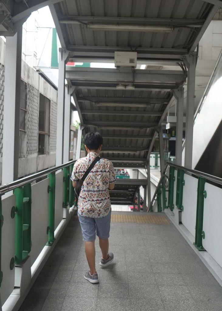 Đi tàu điện đến trạm Udomsak để đón xe buýt vào Mega Bangna